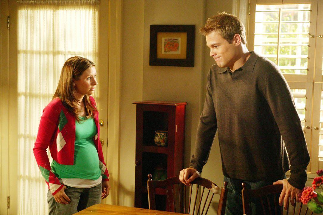 Kurz vor der Geburt wird Kevin (George Stults, r.) zusehends nervöser. Er sorgt sich um die hochschwangere Lucy (Beverly Mitchell, l.) ... - Bildquelle: The WB Television Network