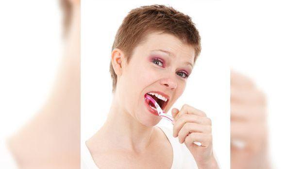 Frau beim Zähleputzen