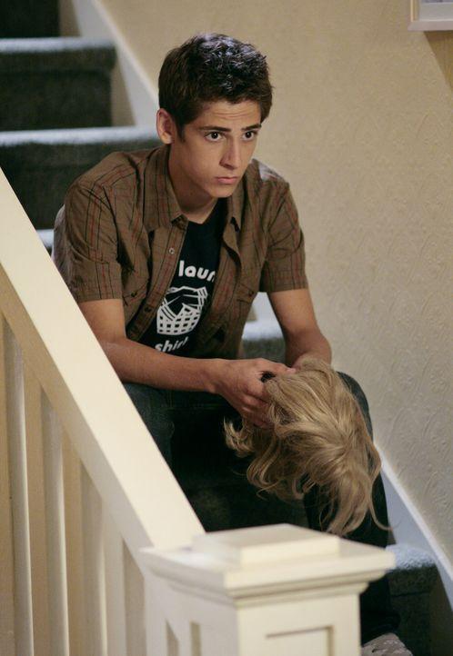Josh (Jean-Luc Bilodeau) kommt ebenfalls nicht straffrei davon: Auch er darf das Haus nicht mehr verlassen ... - Bildquelle: TOUCHSTONE TELEVISION