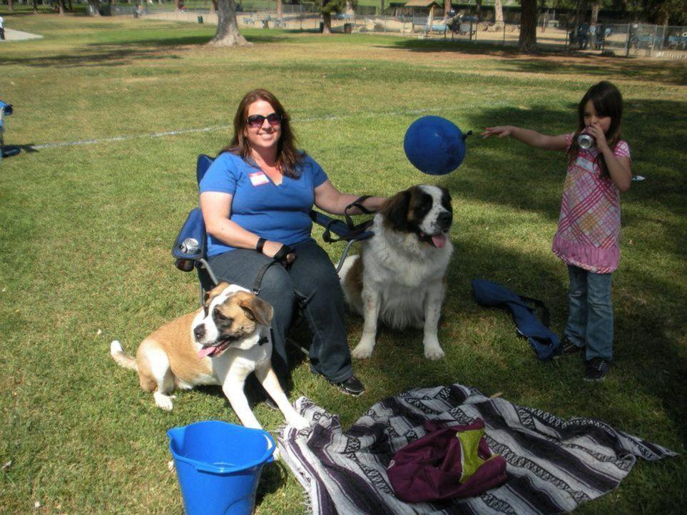 Erin (l.) liebt Bernhardiner, aber ihre beiden Hunde Phoebe und Levi stellen sie und ihre Familie immer wieder vor einige Herausforderungen ... - Bildquelle: Pam Henry NGC/ ITV Studios Ltd