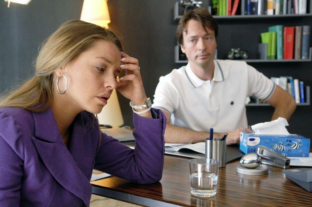 Dr. Lonnemann (Daniel Enzweiler, r.) bestätigt Katjas (Karolina Lodyga, l.) Schwangerschaft. - Bildquelle: Sat.1