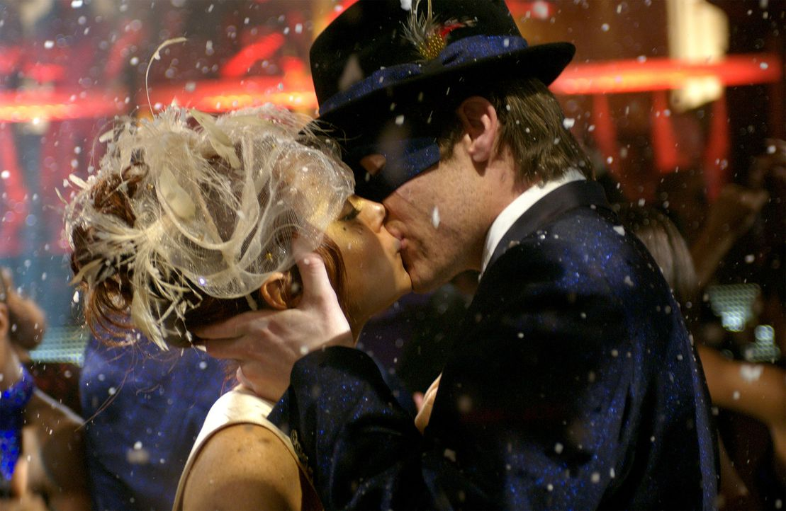 Auf einem Maskenball landen die erfolgreiche Ahsley Albright (Lindsay Lohan, l.) und der vom Pech verfolgte Jake Hardin (Chris Pine, r.)  eher zufä... - Bildquelle: Epsilon Motion Pictures GmbH