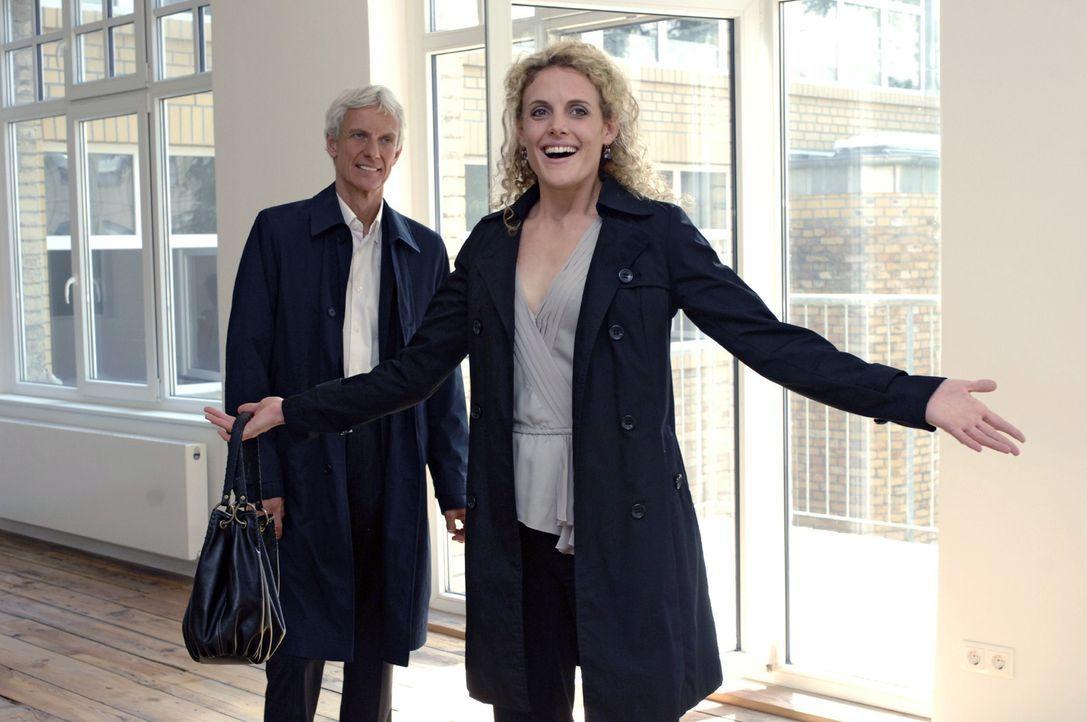 Maja (Barbara Lanz, r.) ist überwältigt, als Robert (Mathieu Carrière, l.) ihr vorschlägt, mit ihm zusammenzuziehen. - Bildquelle: Oliver Ziebe Sat.1