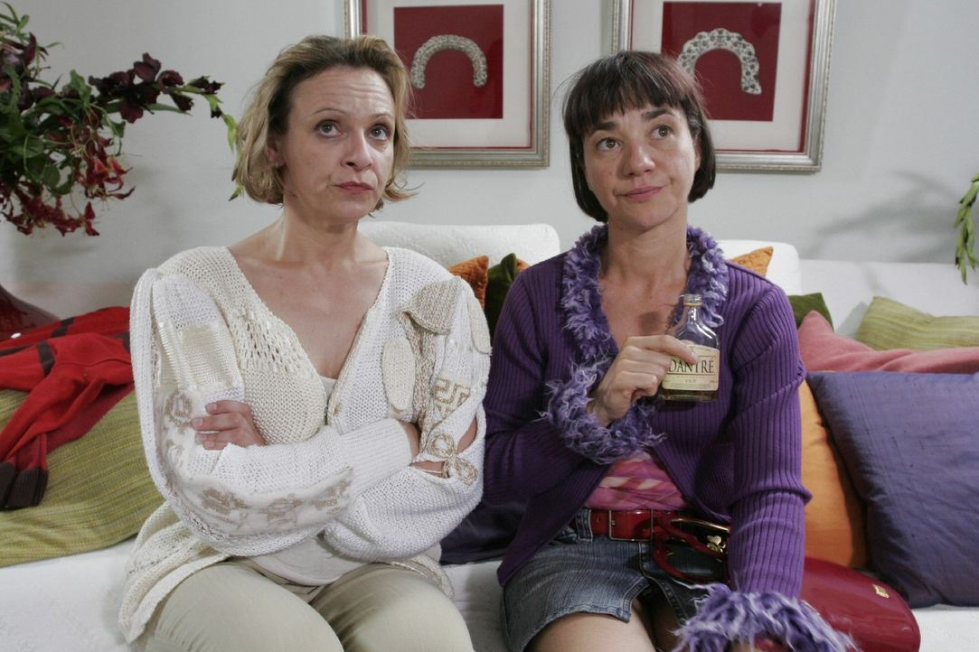 Für Yvonne (Anja Franke, r.) und Lisa (Heike Hanold-Lynch, l.) bedeutete der Strickjob eine neue Chance im Leben. Ist jetzt alles wieder aus? - Bildquelle: Sat.1