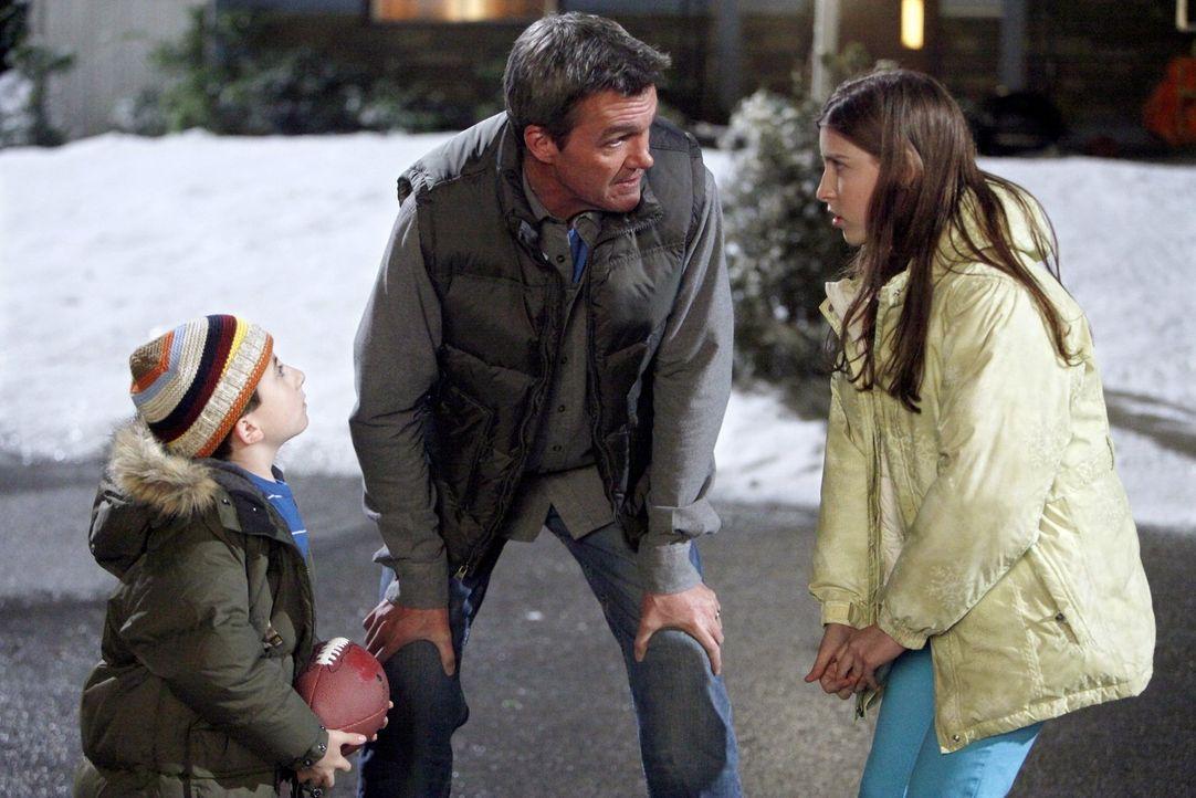 Während Brick (Atticus Shaffer, l.) und Sue (Eden Sher, r.) dazu angehalten wurden, freundlicher miteinander umzugehen, überlegt Mike (Neil Flynn, M... - Bildquelle: Warner Brothers