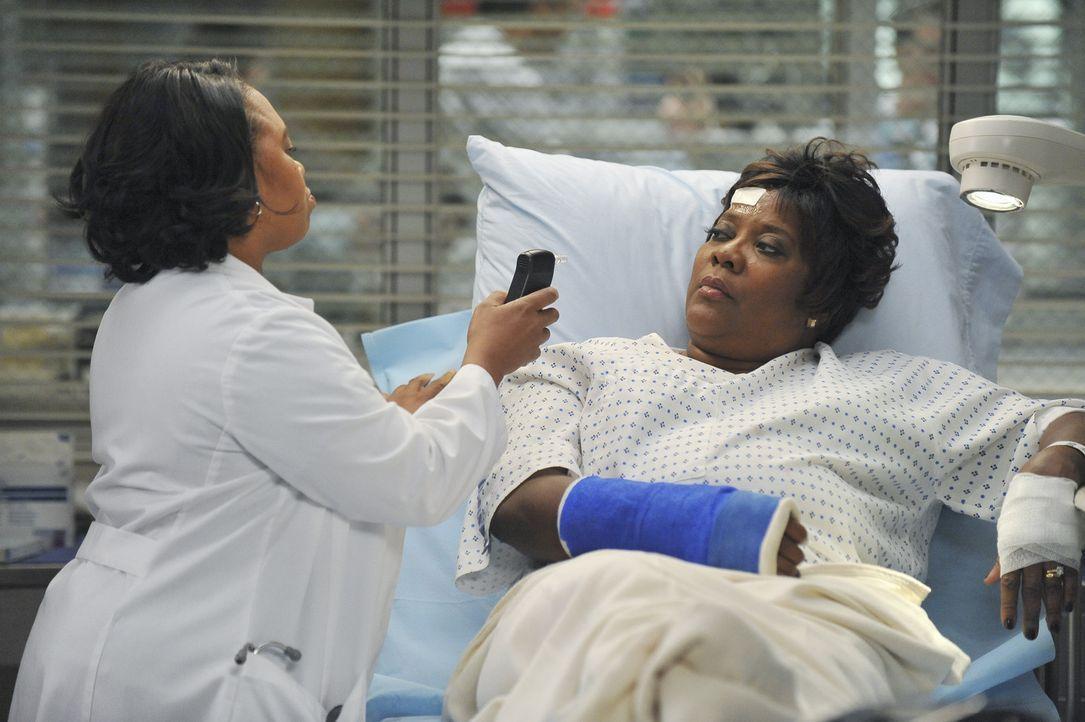 Richard Webbers Frau Adele (Loretta Devine, r.) wird erneut im Krankenhaus behandelt. Bailey (Chandra Wilson, l.) vermutet zunächst Tablettenmissbr... - Bildquelle: ABC Studios