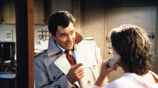 Hennessey (Edward Winter, l.) dringt in Cagneys (Sharon Gless) Apartment ein...