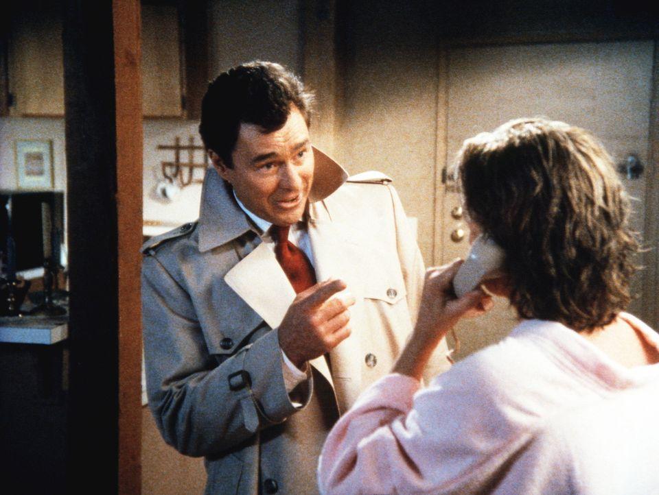 Hennessey (Edward Winter, l.) dringt in Cagneys (Sharon Gless) Apartment ein und versucht massiv, sie einzuschüchtern. - Bildquelle: ORION PICTURES CORPORATION. ALL RIGHTS RESERVED.