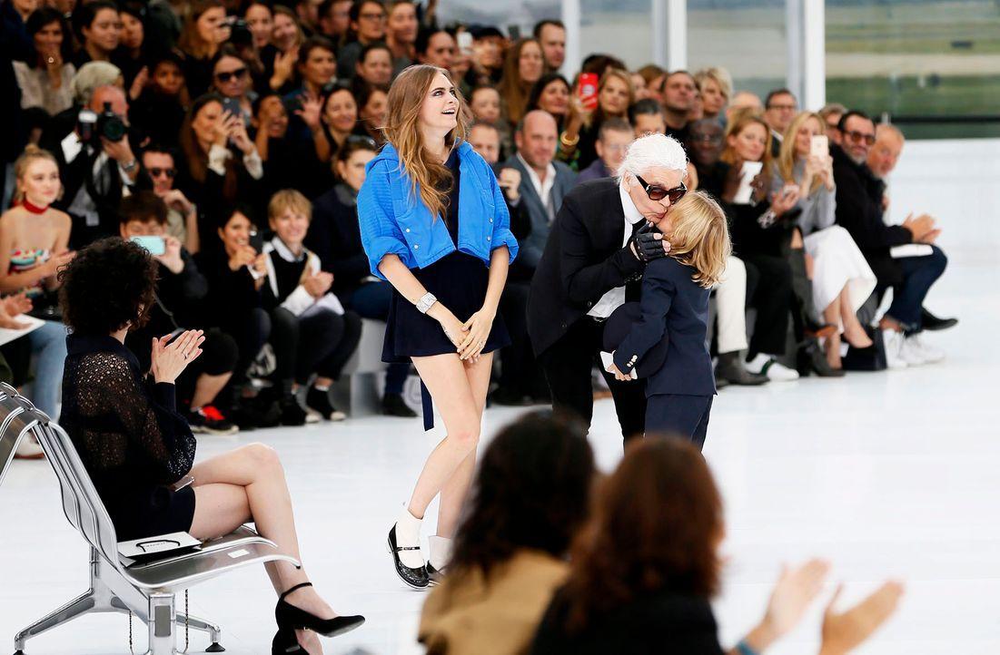 FW-Paris-Karl-Lagerfeld-Cara-Delevingne-15-10-06-dpa - Bildquelle: dpa