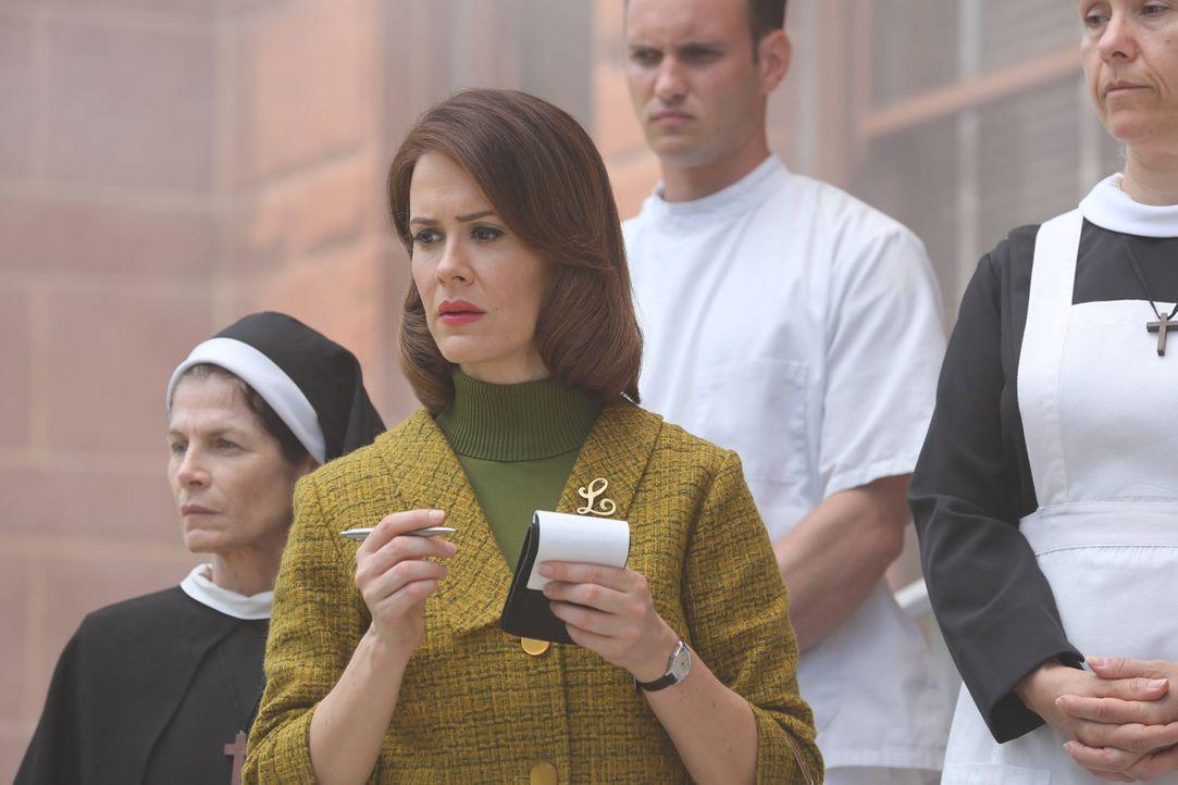 """Jahr 1964: Als die Journalistin Lana Winters (Sarah Paulson, 2.v.l.) erfährt, dass der gesuchte Serienmörder """"Bloody Face"""" jeden Moment in der Kli... - Bildquelle: 2012-2013 Twentieth Century Fox Film Corporation. All rights reserved."""