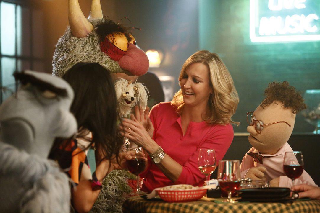 Die Muppets treffen Lara Spencer (2.v.r.) in einer Bar. Doch das Zusammentreffen endet im Chaos ... - Bildquelle: Nicole Wilder ABC Studios