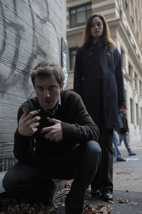 Als Julias (Natalie Brown, r.) beste Freundin nach Boston kommt, überlegt Josh (Sam Huntington, l.) ernsthaft, ihr endlich von seinem Wesen zu erzäh... - Bildquelle: Phillipe Bosse 2012 B.H. 2 Productions (Muse) Inc. ALL RIGHTS RESERVED.