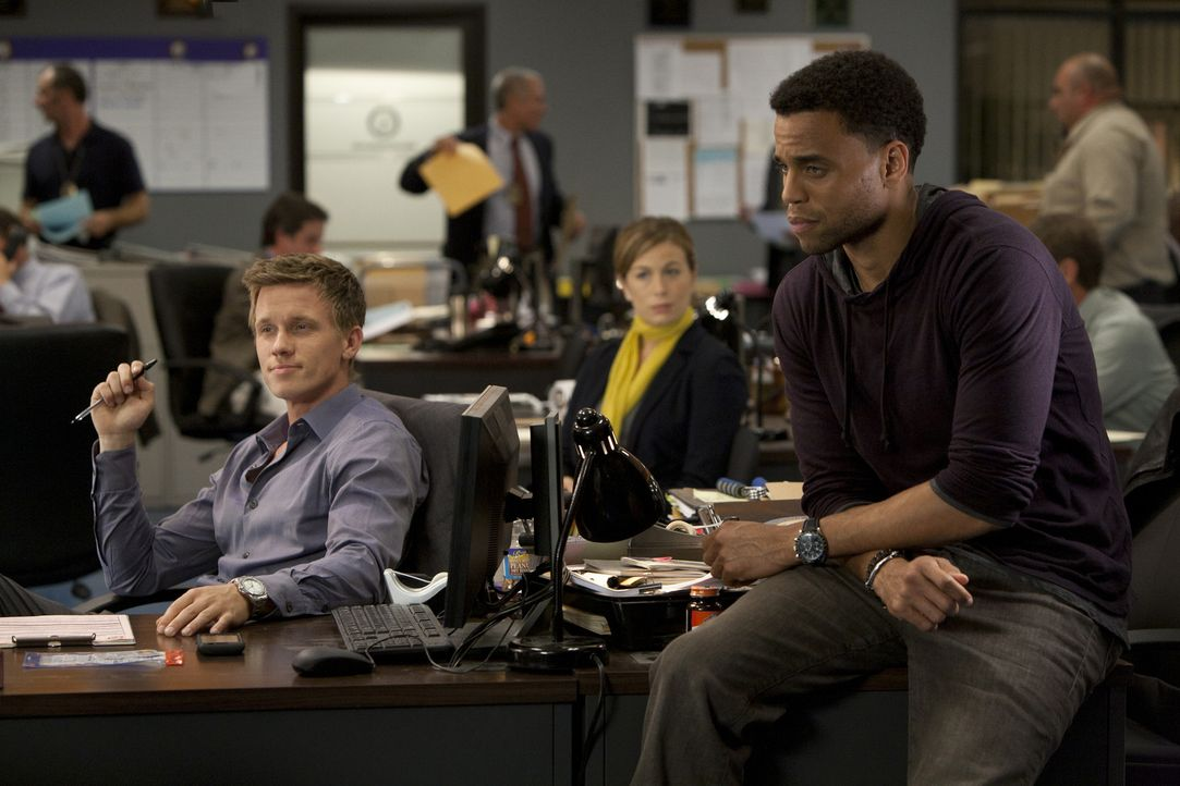 Ganz unterschiedlich reagieren Travis (Michael Ealy, r.) und Wes (Warren Kole, l.) darauf, als sie einen Tag im Job von Dr. Ryan (Sonya Walger, M.)... - Bildquelle: 2012 USA Network Media, LLC