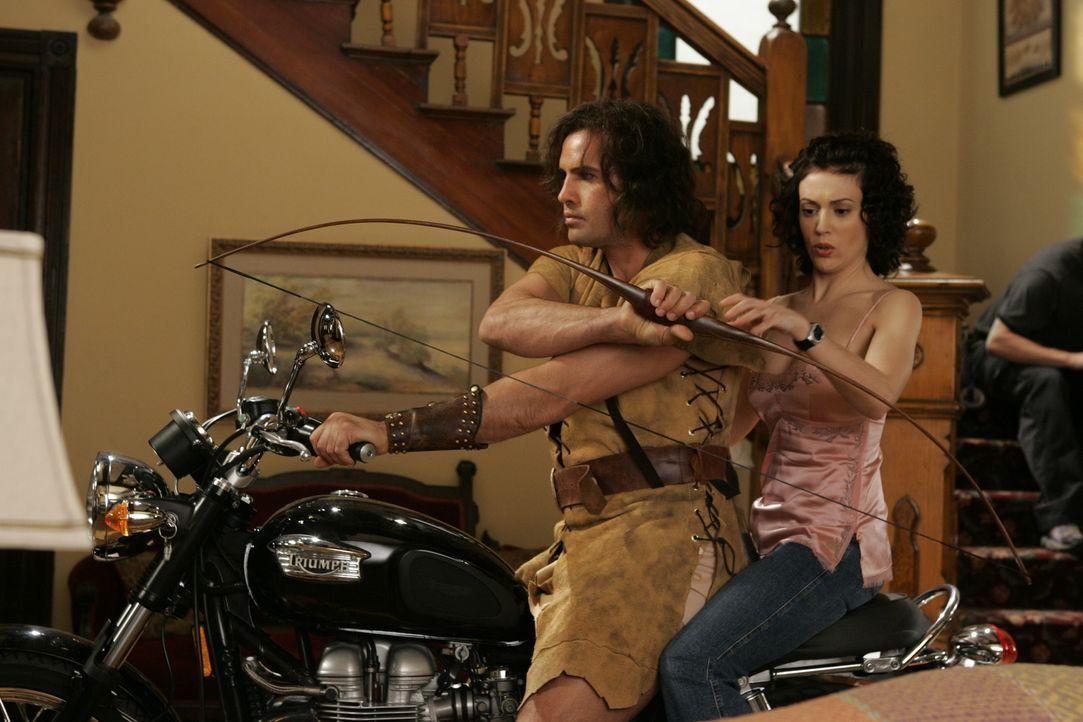 Drake (Billy Zane, l.) versucht in San Francisco als Robin Hood, die Reichen auszurauben und die Armen zu beschenken. Phoebe (Alyssa Milano, r.), di... - Bildquelle: Paramount Pictures