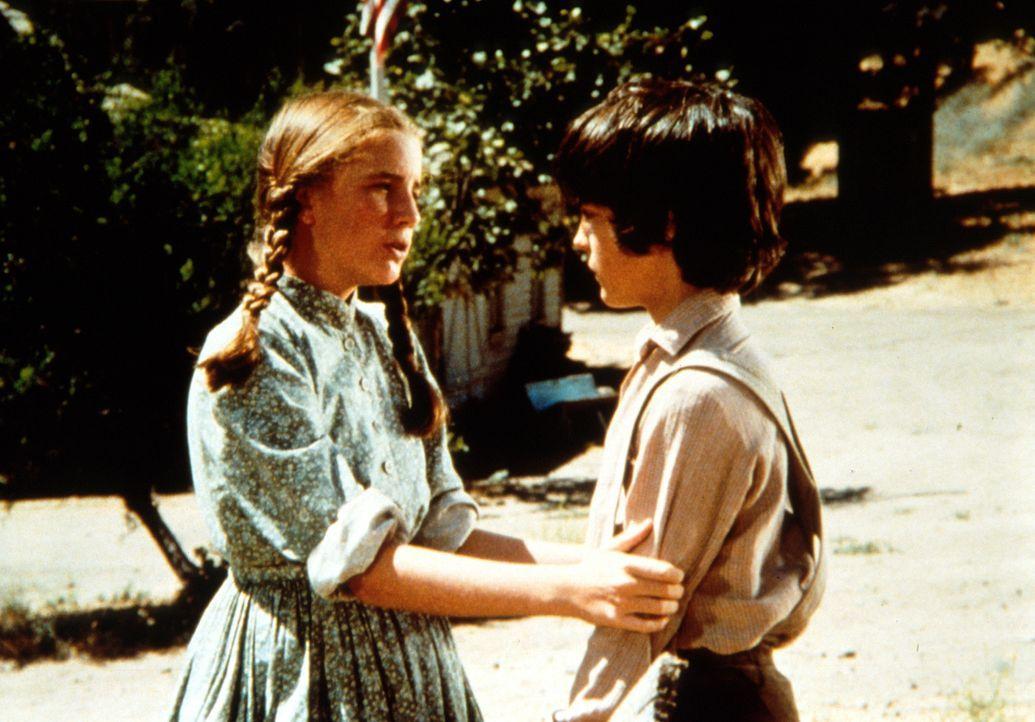 Laura (Melissa Gilbert, l.) sagt Albert (Matthew Laborteaux, r.), dass sie ihn sehr wohl als ihren richtigen Bruder ansieht ... - Bildquelle: Worldvision