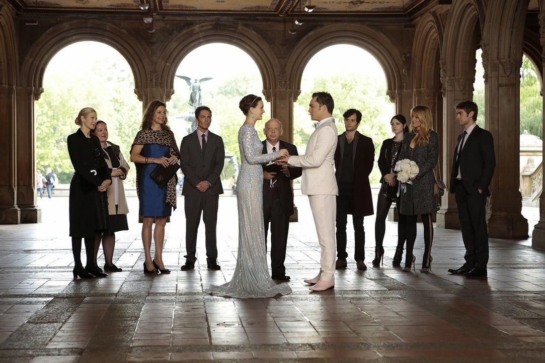 Endlich ist es soweit Blair (Leighton Meester, 5.v.l.) und Chuck (Ed Westwick, 5.v.r.) geben sich im Beisein ihrer Liebsten das JA-Wort: Lily (Kelly... - Bildquelle: Warner Brothers