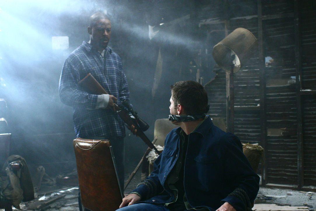 Gordon (Sterling K. Brown, l.) nimmt Dean (Jensen Ackles, r.) gefangen, um damit Sam in eine Falle zu locken ... - Bildquelle: Warner Bros. Television