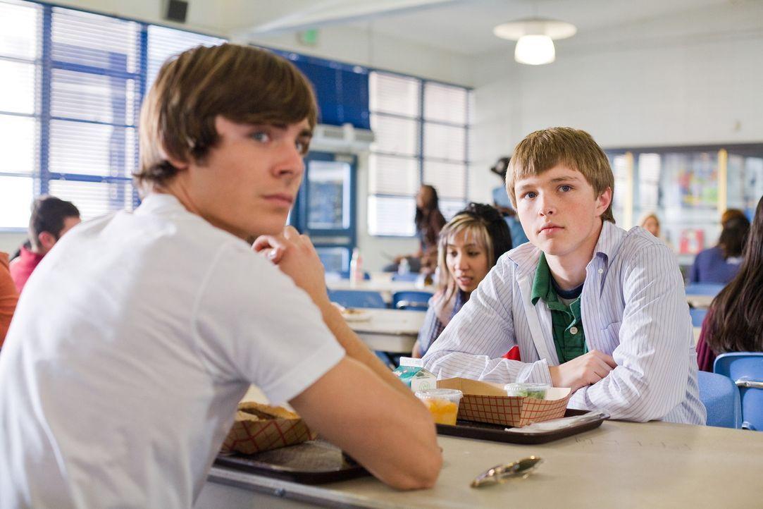 Alex (Sterling Knight, r.) ahnt nicht, dass der nette Junge (Zac Efron, l.), der ihm seit neuestem immer beisteht, sein Vater ist - um fast 20 Jahre... - Bildquelle: 2008   Warner Bros.
