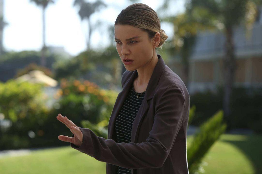 Gerät zwischen die Fronten, als ein betrogener Ehemann Rache nehmen will: Chloe (Lauren German) ... - Bildquelle: 2016 Warner Brothers