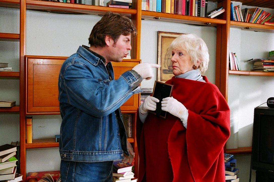 Jupp (Uwe Fellensiek, l.) sucht mit seiner Mutter (Ingrid Stein, r.) nach Kaisers verschwundenen Millionen. - Bildquelle: Thekla Ehling Sat.1