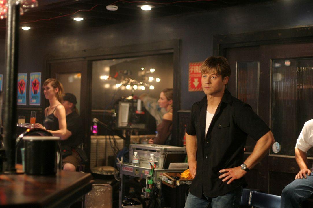 Undercover versucht Ryan (Benjamin McKenzie, r.) den Dealer zu finden, der Jess auf Treys Party die Drogen gegeben hat ... - Bildquelle: Warner Bros. Television