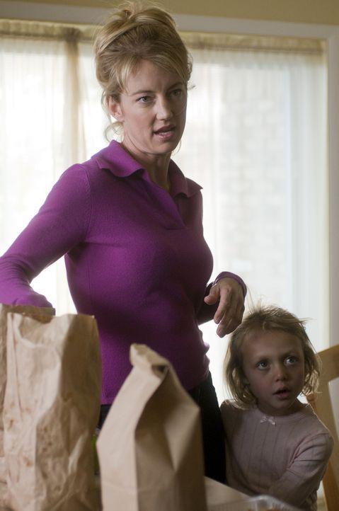 Mary kann nicht fassen, wie sich die Mutter Maureen (Cynthia Watros) aufführt ... - Bildquelle: USA Network