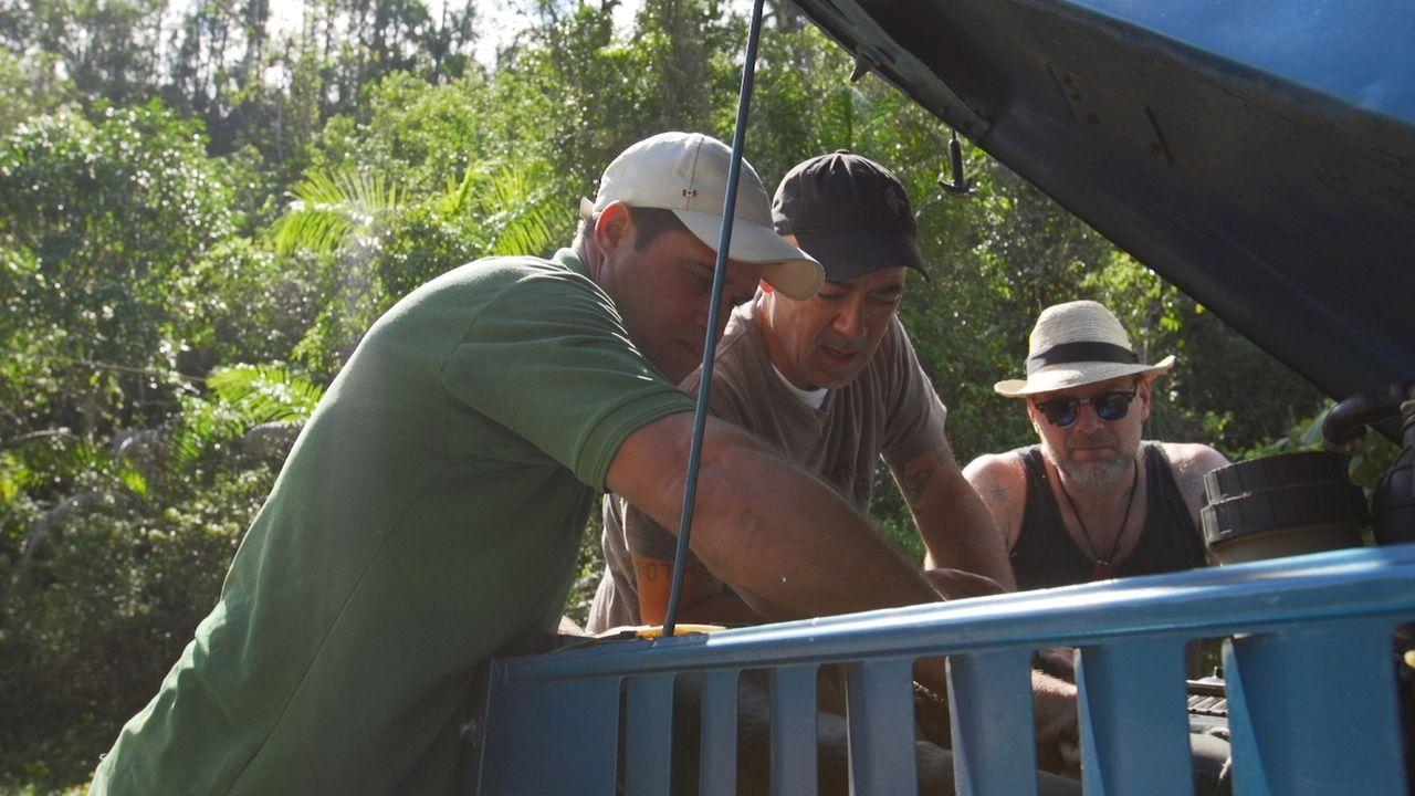 Auf Kuba trifft sich Todd Carmichael (M.) mit dem Survival-Experten Les Stroud (r.) für ein ereignisreiches Erkunden der Insel ... - Bildquelle: 2015, The Travel Channel, L.L.C. All Rights Reserved.