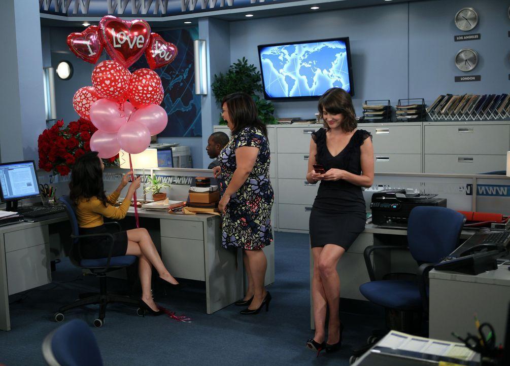 Während Ted sich in Lilys Schwangerschaft einmischt, sind Barney und Nora (Nazanin Boniadi, l.) im siebten Himmel, was Robin (Cobie Smulders, r.) e... - Bildquelle: 20th Century Fox International Television