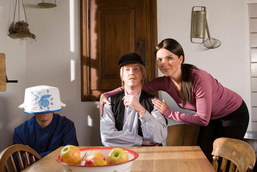 Die Super Nanny (Susanne Pätzold, r.) zeigt Michels Vater (Peter Nottmeier, M.), dass man freche Jungs wie Michel (Bernhard Hoëcker, l.) nicht immer... - Bildquelle: Kai Schulz ProSieben