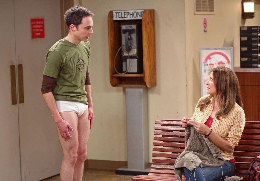 Als Sheldon (Jim Parsons, l.) ausgeraubt wurde - steht er ohne alles da. Eine Frau (Tonja Kahlens, r.) am Bahnhof von Arizona ist etwas irritiert ... - Bildquelle: Warner Brothers