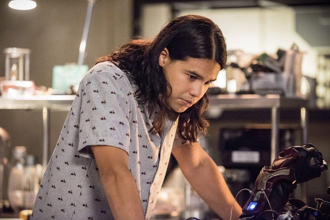 Cisco (Carlos Valdes) und auch Caitlin sind nicht mehr die, die sie vor Barrys Versuch, seine Mutter zu retten waren ... - Bildquelle: 2016 Warner Bros.