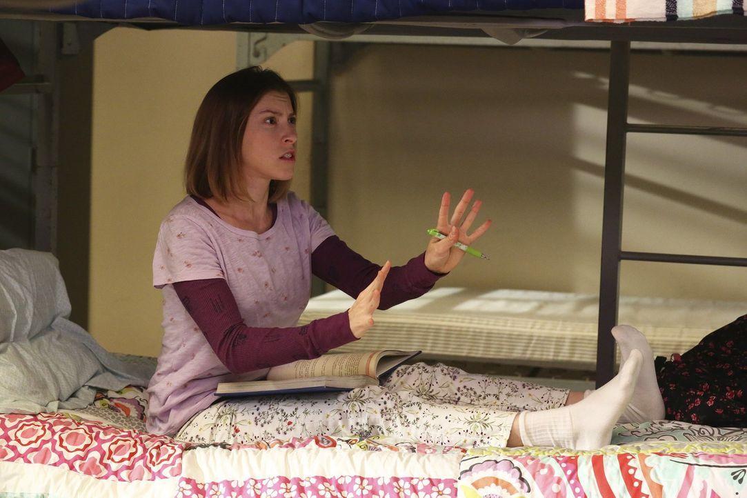 Während Frankie eine Haushaltshilfe für einen Monat gewinnt, bekommt Sue (Eden Sher) unerwarteten Besuch ... - Bildquelle: Warner Bros.