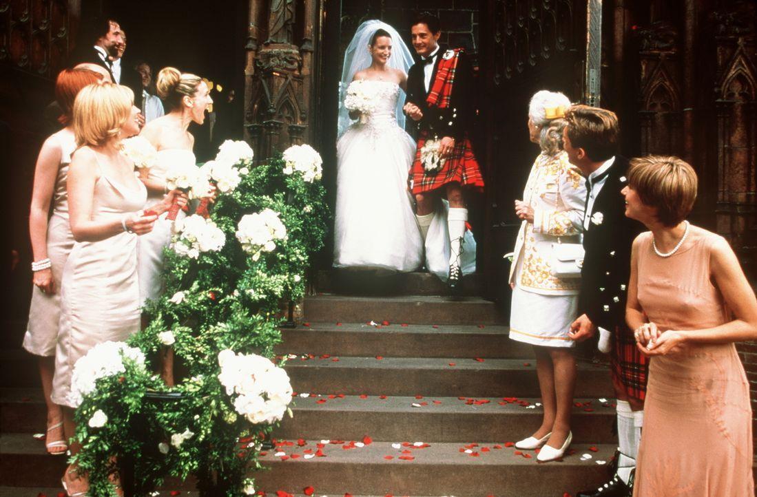 Im 14.000 Dollar-Brautkleid und Kilt treten Charlotte (Kristin Davis, oben l.) und Trey (Kyle MacLachlan, oben r.) zum ersten Mal im Leben als Mann... - Bildquelle: Paramount Pictures
