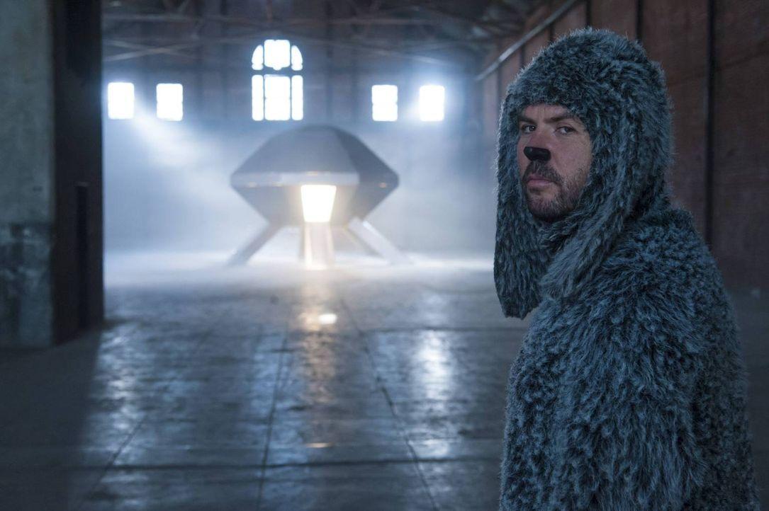 Ryan wird von der neuen Therapie vollkommen verwirrt: Was hat es bloß mit Wilfred (Jason Gann) und dem mysteriösen Raumschiff auf sich? - Bildquelle: 2013 Bluebush Productions, LLC. All rights reserved.