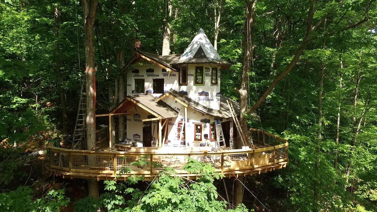 Für die Greene Familie entwickeln die Treehouse Guys einen echten Juwel im Wald - ein riesiges Baumhaus ... - Bildquelle: 2016,DIY Network/Scripps Networks, LLC. All Rights Reserved