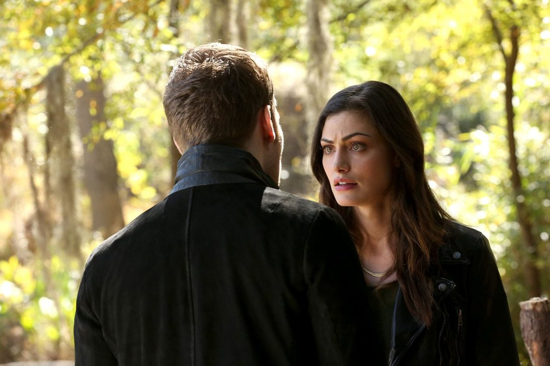 Während Klaus (Joseph Morgan, l.) versucht Hayley (Phoebe Tonkin, r.) dazu zu bringen, ein Geheimnis verborgen zu halten, denkt Rebekah ein uraltes... - Bildquelle: Warner Bros. Television