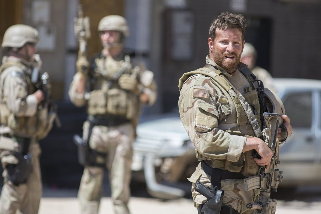 Über 1000 Tage Einsatz im Irak und über 160 tödliche Treffer: Scharfschütze Chris Kyle (Bradley Cooper) ... - Bildquelle: 2014 Warner Bros. Entertainment Inc.