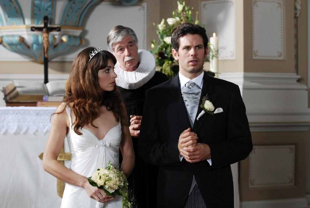 Der Moment der Entscheidung: Heiratet Sebastian (Steffen Groth, r.) Babette (Bianca Hein, l.) und gibt Naomi endgültig auf? - Bildquelle: Nicolas Maack Sat.1