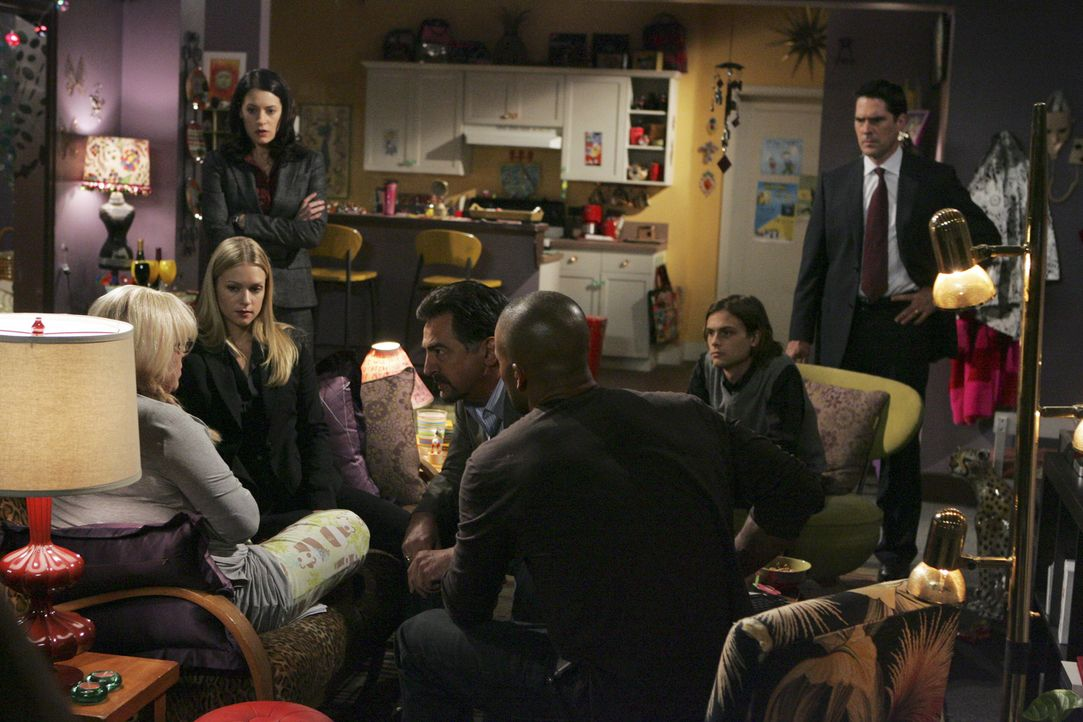 Penelope Garcia (Kirsten Vangsness, l.) wird in einer Notoperation gerettet. Ihre Kollegen Reid (Matthew Gray Gubler, 2.v.r.), Prentiss (Paget Brews... - Bildquelle: Touchstone Television