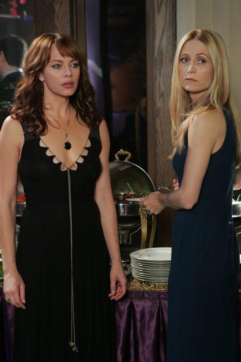 Kelly (Kirsten Rowan, r.) ahnt nicht, warum Julie (Melinds Clarke, l.) so entsetzt ist, als sie Kaitlin mit ihrem Tennislehrer Spencer auf der Party... - Bildquelle: Warner Bros. Television
