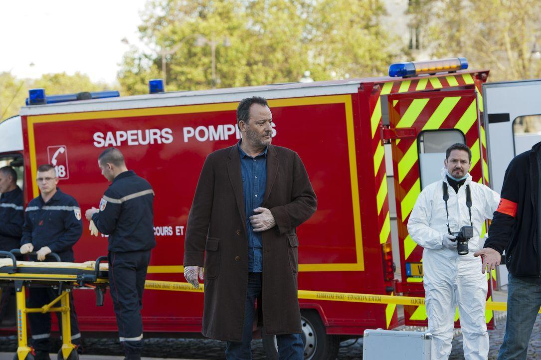 Noch hat Jo (Jean Reno, M.) keine Ahnung, wer der Mörder ist. Doch nach und nach kommt er ihm auf die Spur ... - Bildquelle: Stéphanie Dupont Atlantique Productions