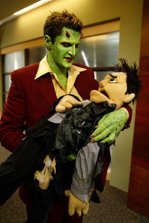 Dämonische Puppen machen Lorne (Andy Hallett) das Leben schwer ... - Bildquelle: The WB Television Network