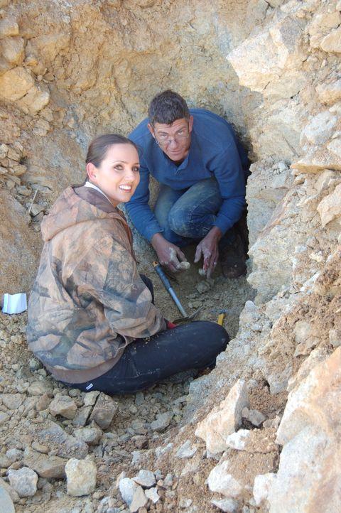 Amanda (l.) und Travis (r.) sind zum ersten Mal in der neuen Saison in der Mine und wollen sie startklar machen. Doch sie müssen feststellen, dass d... - Bildquelle: High Noon Entertainment 2014