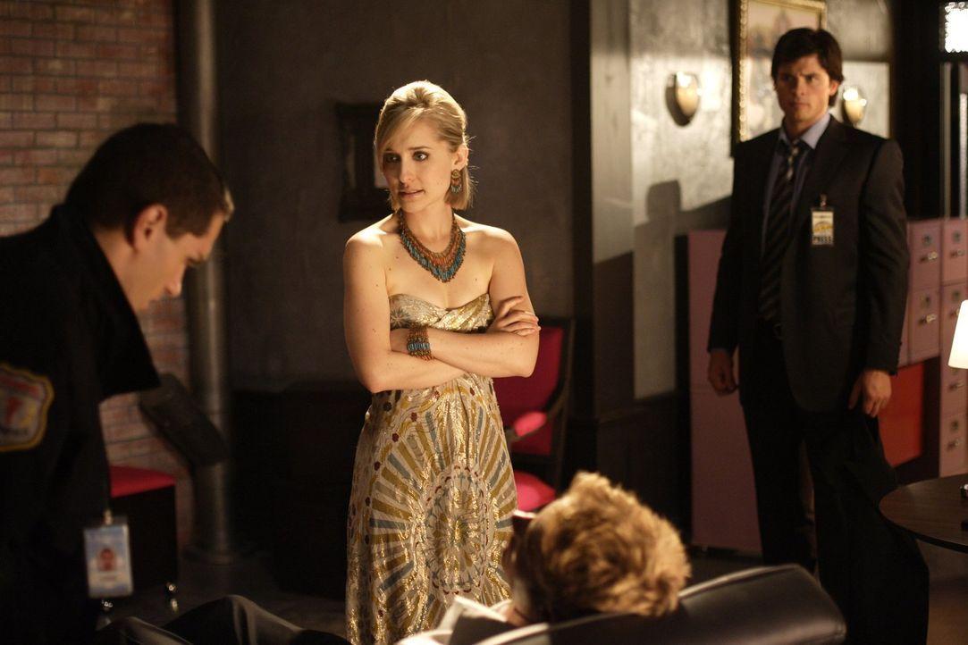 Der Zusammenbruch war nur der Anfang für Oliver (Justin Hartley, 2.v.l.). Davis (Sam Witwer, l.) muss feststellen, dass der Milliardär nur noch weni... - Bildquelle: Warner Bros.