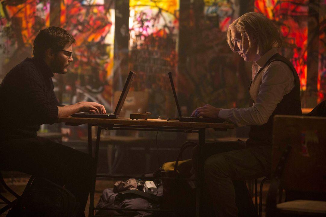 """Die Internetseite """"WikiLeaks"""" rückt über Nacht deren Gründer Daniel (Daniel Brühl, r.) und Julian (Benedict Cumberbatch, l.) in den Fokus der amerik... - Bildquelle: 2013 - DreamWorks II Distribution Co., LLC. All Rights Reserved."""
