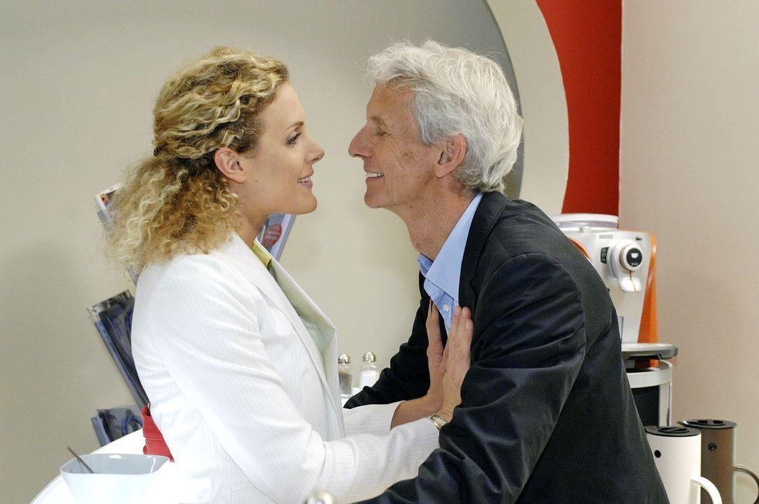 Maja (Barbara Lanz, l.) versucht Robert (Mathieu Carrière, r.) in der Agentur zur Zurückhaltung zu bewegen. - Bildquelle: Oliver Ziebe Sat.1