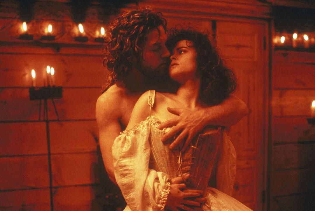 Victor Frankenstein (Kenneth Branagh, l.) und Elizabeth (Helena Bonham Carter, r.) empfinden mehr als nur geschwisterlich Liebe füreinander ... - Bildquelle: TriStar Pictures