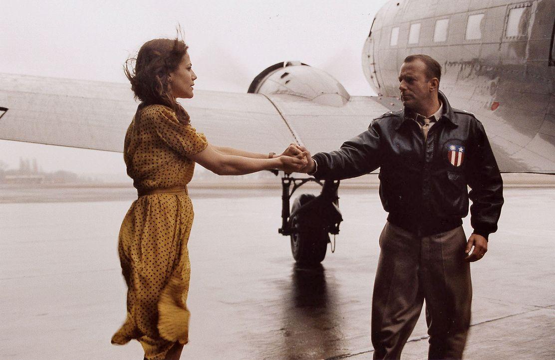Luise (Bettina Zimmermann, l.) und Turner (Heino Ferch, r.) verabschieden sich. Die Blockade Berlins ist aufgehoben und auf Turner warten neue Aufga... - Bildquelle: Stephan Rabold Sat.1