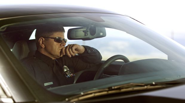 Officer John Cooper (Michael Cudlitz) fährt zu dem Gefängnis, in dem sein Vat...
