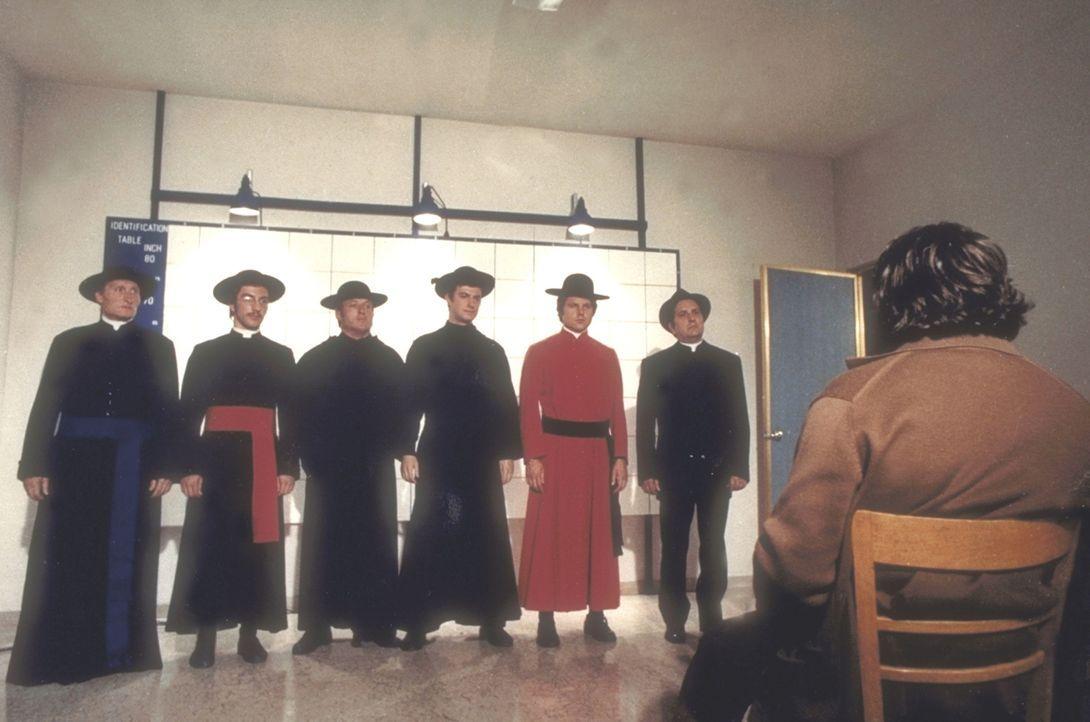 Eine etwas seltsame Gegenüberstellung: Ein Verbrecher macht als Priester verkleidet die Stadt unsicher ... - Bildquelle: Constantin Film